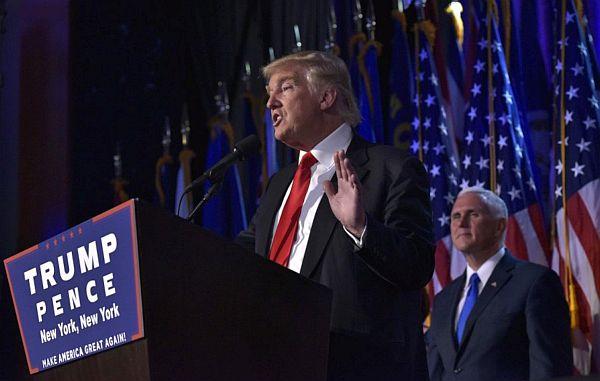 Donald Trump, v pozadí Mike Pence.