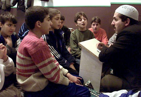 Zde děti z tureckých rodin na hodině islámu v německé škole. Hodiny islámu jsou i s podporu německé vlády. Hodiny hradí německé ministerstvo školství.